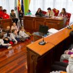 O alumnado do CEIP San Ramón reparte vacinas contra a violencia