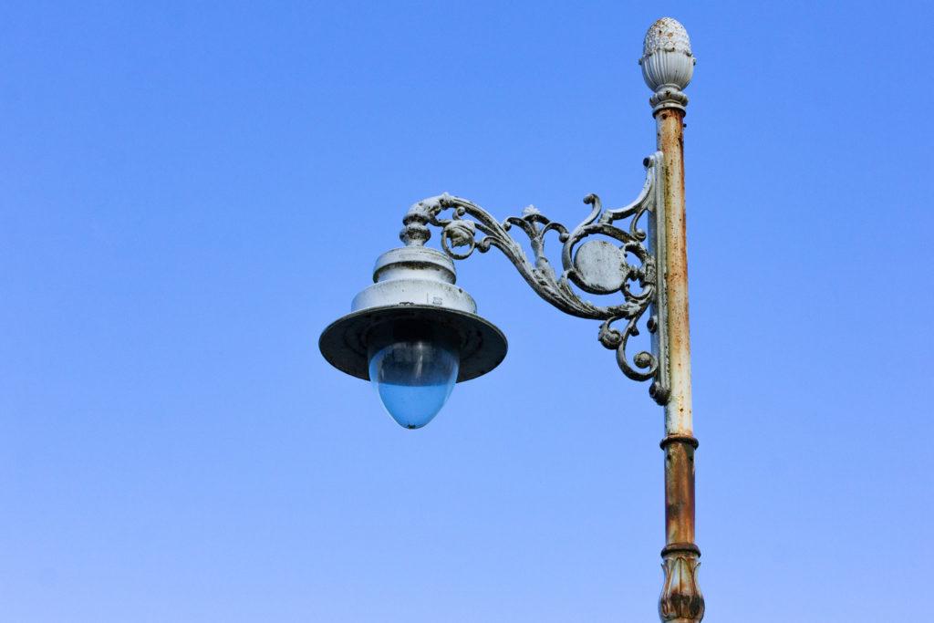 Adxudicado o cambio de farolas e a instalación de luces led na rúa 23 de Abril e na Rúa da Feira