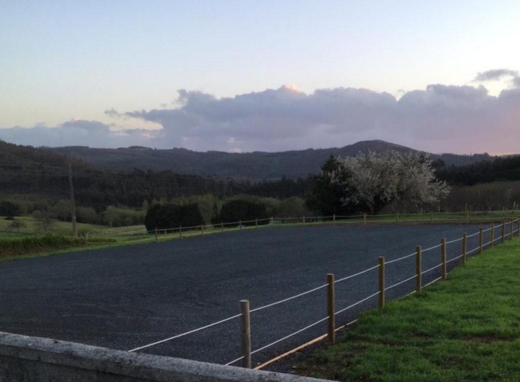 Santa Cruz xa dispón de aparcadoiro ao pé do adro