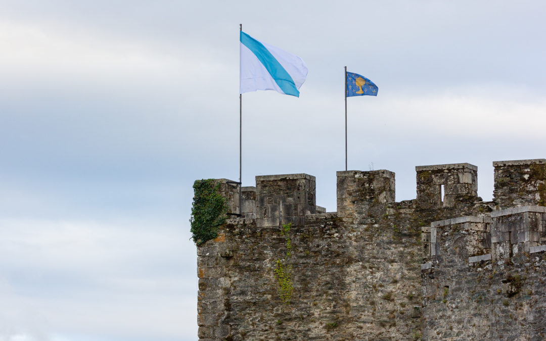 O estandarte do Antigo Reino de Galicia e a bandeira galega ondean na Torre de  Homenaxe do Castelo